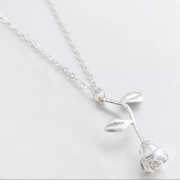Jewelry - NWT • silver rose necklace